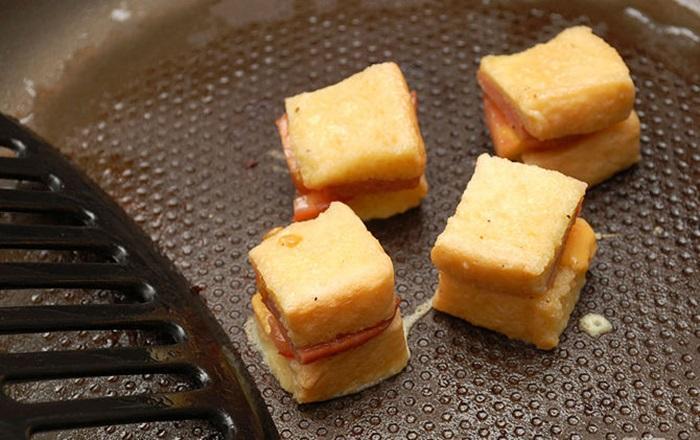 lam-banh-mi-sandwich-trung-chien-xuc-xich-3