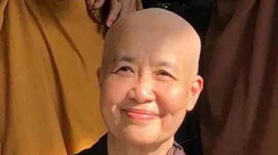 Đầu bếp nổi tiếng Nguyễn Dzoãn Cẩm Vân xuống tóc đi tu
