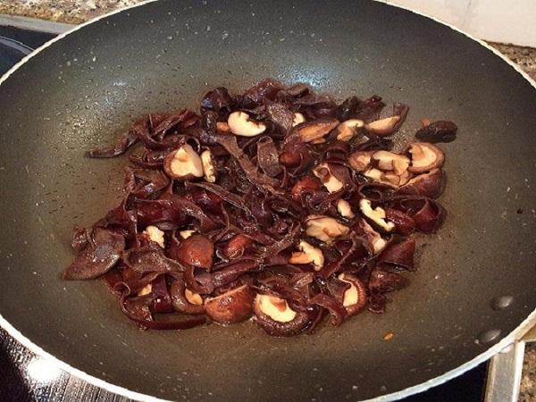 o dầu ăn vào rồi phi thơm hành, tỏi, sau đó tiến hành xào chín tới hỗn hợp nấm, mộc nhĩ, bắp cải, hành lá
