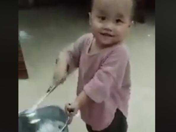 Đầu bếp nhí thể hiện 'kungfu' hất chảo siêu phàm
