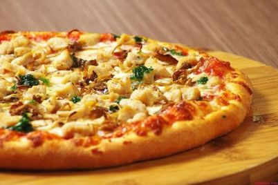 cach-lam-banh-pizza-bo-bam-dua-ngon-khong-kem-ngoai-tiem5.jpg